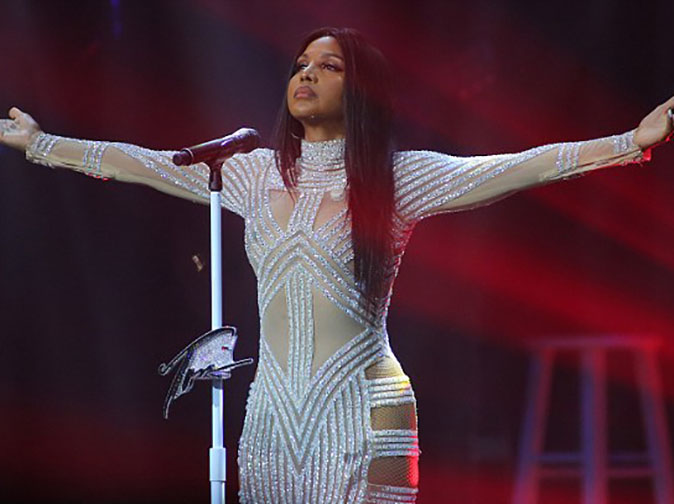 Toni Braxton continues to perform with heart-monitor