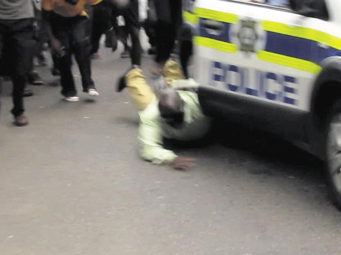 Cops 'flee' as conman bashed by angry crowd