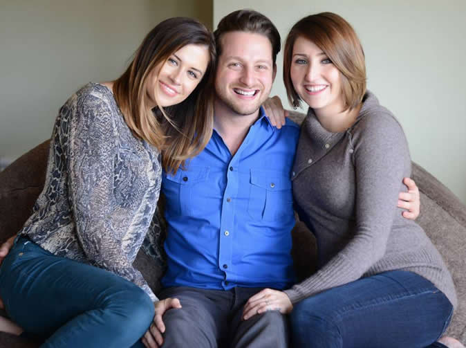 Man who lives with 2 girlfriends wants third woman to join them