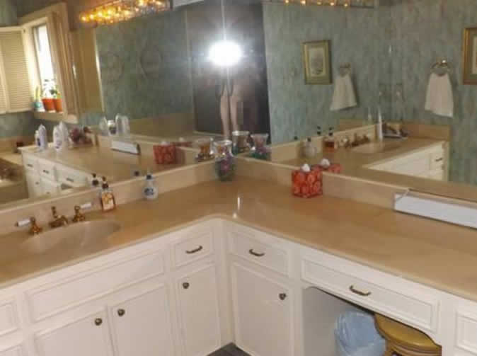 Homeowner takes selfie with no clothes and posts it on listings website